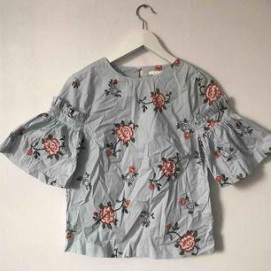 Jättefin blus från H&M som knappt är använd!🌺 Möts upp i Gävle eller fraktar för 36kr