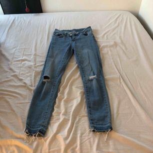 Blåa somriga håliga jeans från clubxpris, köpta för 200kr, storlek S, använd 1 gång pågrund av försmå för mig, sitter väldigt bra på annars, finns att hämta i norrköping kan även frakta men då står köparen för frakten.