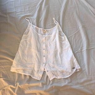 Vit linne med knappar från Dobber, storlek XS, köpt för 340kr, finns att hämta i norrköping annars står köparen för frakten.