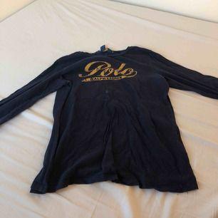 Ralph Lauren tröja från kidsbrandstore därför är storleken XL, men i vanlig storlek är det S, har en vit fläck på tröjan men man tänker inte på den så mycket, köpt för 260kr, finns att hämta i norrköping annars står köparen för frakten.