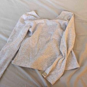 Vit tröja från bubbleroom, U ringad i ryggen som man ser på andra bilden, köpt för 300kr, finns att hämta i norrköping annars står köparen för frakten.