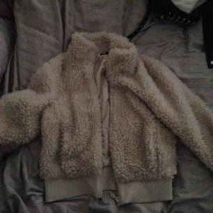 Säljer två teddybear jackor som aldrig är använda Har två av dessa jackor i samma storlek och säljer därför båda för 150kr styck