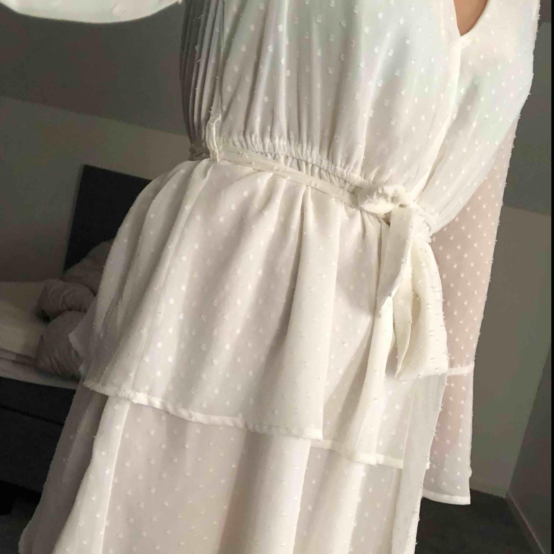 a9750b753d02 En superfin vit klänning från madlady. Perfekt till skolavslutning endast  använd en gång!
