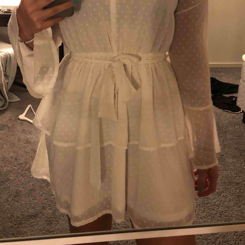 bff4da358fdb Nypris En superfin vit klänning från madlady. Perfekt till skolavslutning  endast använd en gång! Nypris