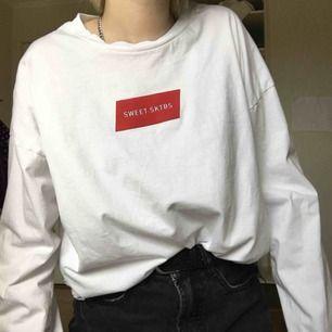 vit långärmad tshirt från sweet sktbs, köpt på junkyard. sitter riktigt najs oversized på mindre storlekar!