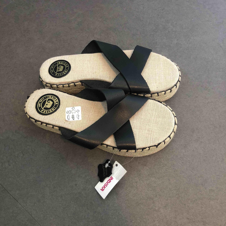 Sandaler i läder med halmplatå från indiska. Aldrig använda, prislapp på. Nypris: 349:- . Skor.