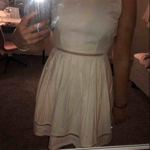 En superbasic men väldigt fin klänning som ät perfekt för skolavslutningen! Endast använd en gång köparen står för frakt