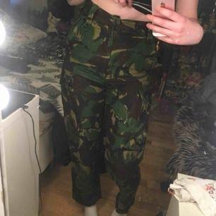 Militärbyxor (köpt på militäraffär) för små för mig :(