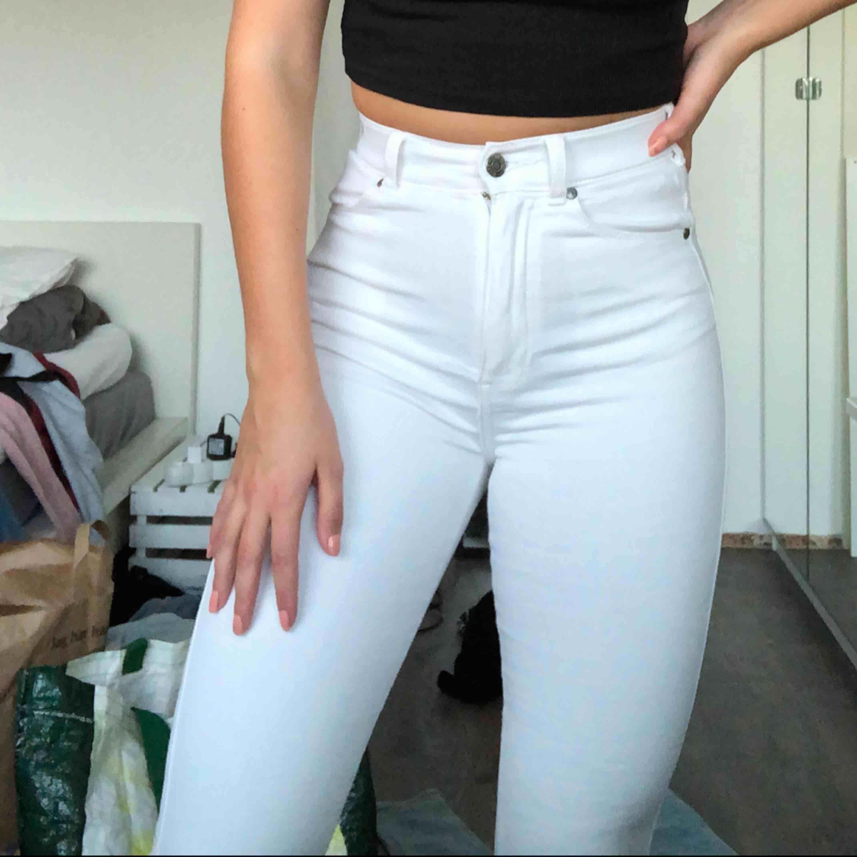Säljer dessa vita högmidjade flare. Från dr denim. Jeans & Byxor.