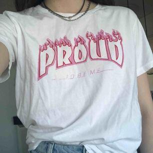 """""""Proud to be me"""" tröja från weekday zeitgeist i thrasher-stil. Handtryckt i butik. Nyskick. Köparen står för frakt💖"""