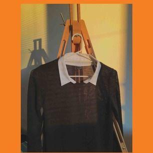 fin tröja köpt för längesen på ginatricot, har tyvärr ett för stort huvud så har inte kunnat använda den :( den är lite lite genomskinlig men det syns inte om man har svart eller hudfärgad bh under! frakt är redan inräknat :)