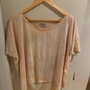 Ball oversize tshirt från FAV. Storlek M men oversize. Köpt på Mathilde i PK huset, Sthlm. Köptes för ca 700kr. Sparsamt använd.