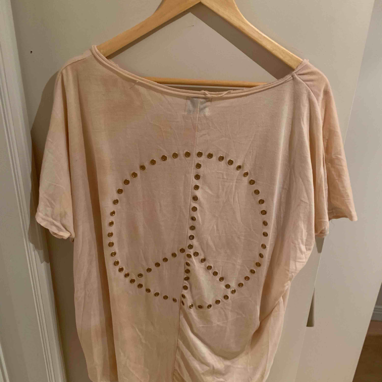 Ball oversize tshirt från FAV. Storlek M men oversize. Köpt på Mathilde i PK huset, Sthlm. Köptes för ca 700kr. Sparsamt använd.. T-shirts.