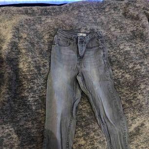 Ett par gråa jeans från Gina tricot medium, använde några gånger för längesen. kände att gråa jeans var inte min stil. Dom är lite skrynkliga för dom legat i min garderob länge! Köparen står för frakten, går att diskutera pris.
