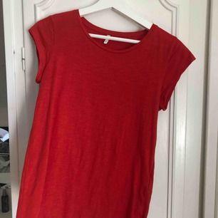 Superfin röd T-shirt från Veromoda i nyskick!