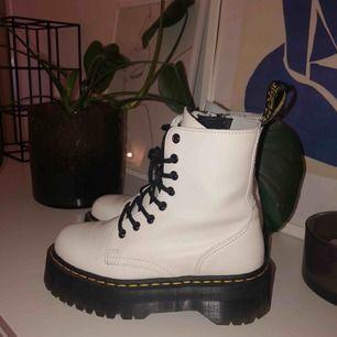 Vita Dr Martens Jadon - Jag ÄLSKAR dem men har alldeles för många andra skor därför behöver dessa ett nytt hem nu ❤️ I väldigt fint skick - köpta i februari och bara använda några få gånger (som man kan se på sulan. se bild). Kvitto finns!