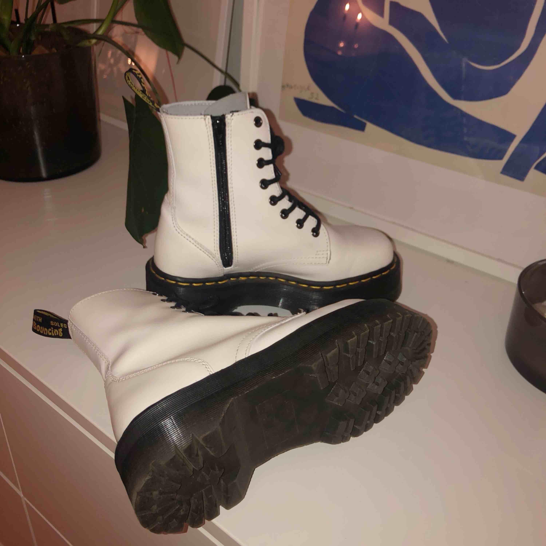 Vita Dr Martens Jadon - Jag ÄLSKAR dem men har alldeles för många andra skor därför behöver dessa ett nytt hem nu ❤️ I väldigt fint skick - köpta i februari och bara använda några få gånger (som man kan se på sulan. se bild). Kvitto finns!. Skor.