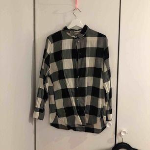 En skjorta använd några gånger för ett år sen, inget fel på den och bara hängt i min garderob, köparen står för frakt och priset går att diskuteras.