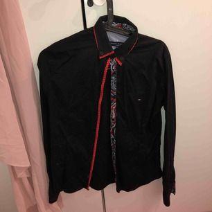 Säljer min Tommy Hilfiger skjorta (som är jätte dyr egentligen haha) men kommer aldrig använda den. Köparen står för frakten och priset går att diskuteras. Lite smutsig för hängt i garderoben, men en tvätt så är den som ny!