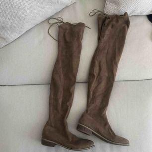 Bruna overknee skor från Nelly