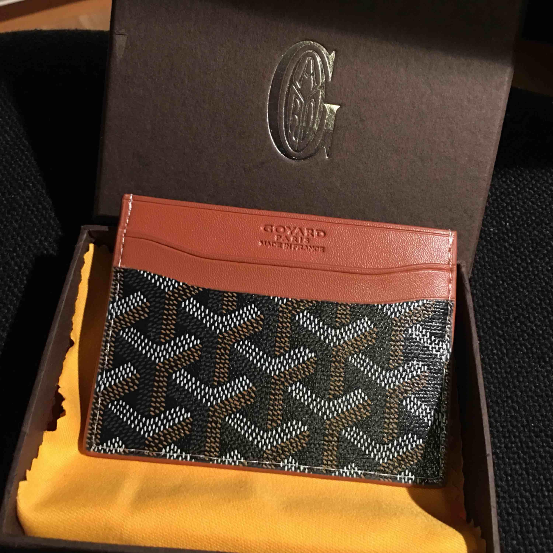 Goyard korthållare (kopia) säljes! Aldrig använt den så den är fortfarande i nyskick! Låda skickas med. FRI FRAKT. Väskor.