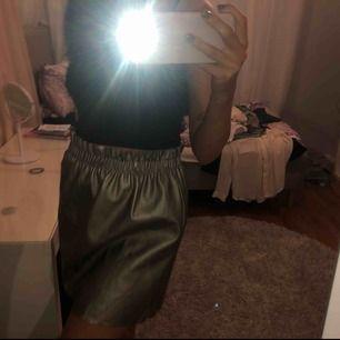 """Suuuuperfin kjol från Zara! Färgen var väldigt svår att visa men den är lite """"rostig guld"""" typ! Vid intresse kan jag skicka bättre bilder🥰 Kan mötas upp i Västerås annars står köparen för frakten 🥰"""