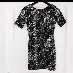 Tight klänning med djupt skuren rygg. Endast använd en gång - i perfekt skick! Köparen står för frakt! 💌