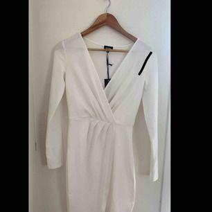 Helt ny klänning med prislapp kvar, perfekt t studenten eller sommaren, råkade rita nått sträck på bilden hAha