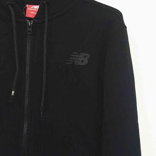 New Balance hoodie med dragkedja, luva. Mjuk skön och snygg. Har swish!