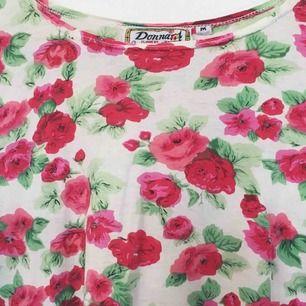 Somrig blommig T-shirt i oversizemodell. Superskön verkligen :) har swish!