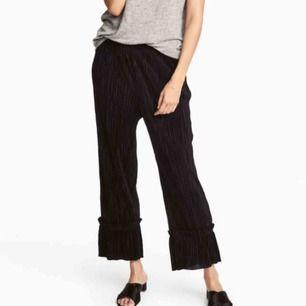 • Superfina svarta plisserade byxor från H&M •  Perfekta vår och sommarbyxor, ankellång modell med volang längst ner. Säljer då de tyvärr inte kommer till användning  80kr + frakt