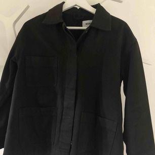 Super fin svart jacka från WeekDay!  Knappt använd.  Köparen står för frakten