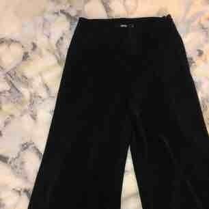 Säljer nu dom populära Adriana byxorna från bikbok i stl S då dom ej kommer till användning, använda typ en gång så dom är som nya. Nypris 299, frakt tillkommer, pris kan diskuteras