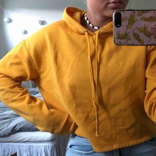 Sjukt snygg hoodie som ör lite croppad 🌞  köpare betalar frakt :)