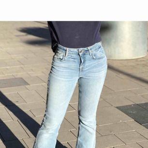 Bootcut/ flate jeans från Zara i storlek 36. Byxorna är ljusblåa som på första bilden, lite dåligt ljus på de andra bilderna.