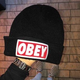 ¡Fake! OBEY mössa. Köpt för några år sedan, dock knappt använd. Väldigt cool men jag passar dessvärre inte i mössa😅