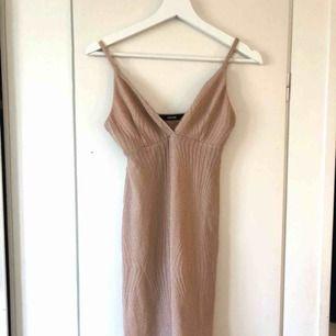 En glittrig klänning i färgen beige från bikbok storlek M Orginalpris: 299 kr  (Lite smått genomskinlig så hudfärgade trosor kan behöva användas)