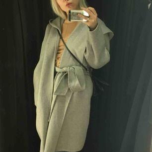 Grå fin ullkappa från Zara. Nypris 999kr. Passar S/M.