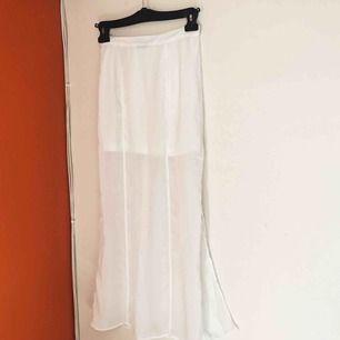 Fin kjol från JC med dragkedja på sidan. Den har en kortare underkjol och sen en lång seethrough över. Står XS men passar S också! Frakt tillkommer 🌹