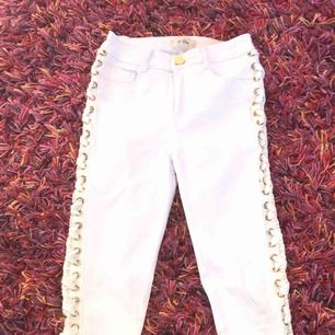 Snygga jeans med fina detaljer på sidorna vet ej storlek men passar som S kan vara lite genomskinliga men inget som märks frakt inräknat i priset