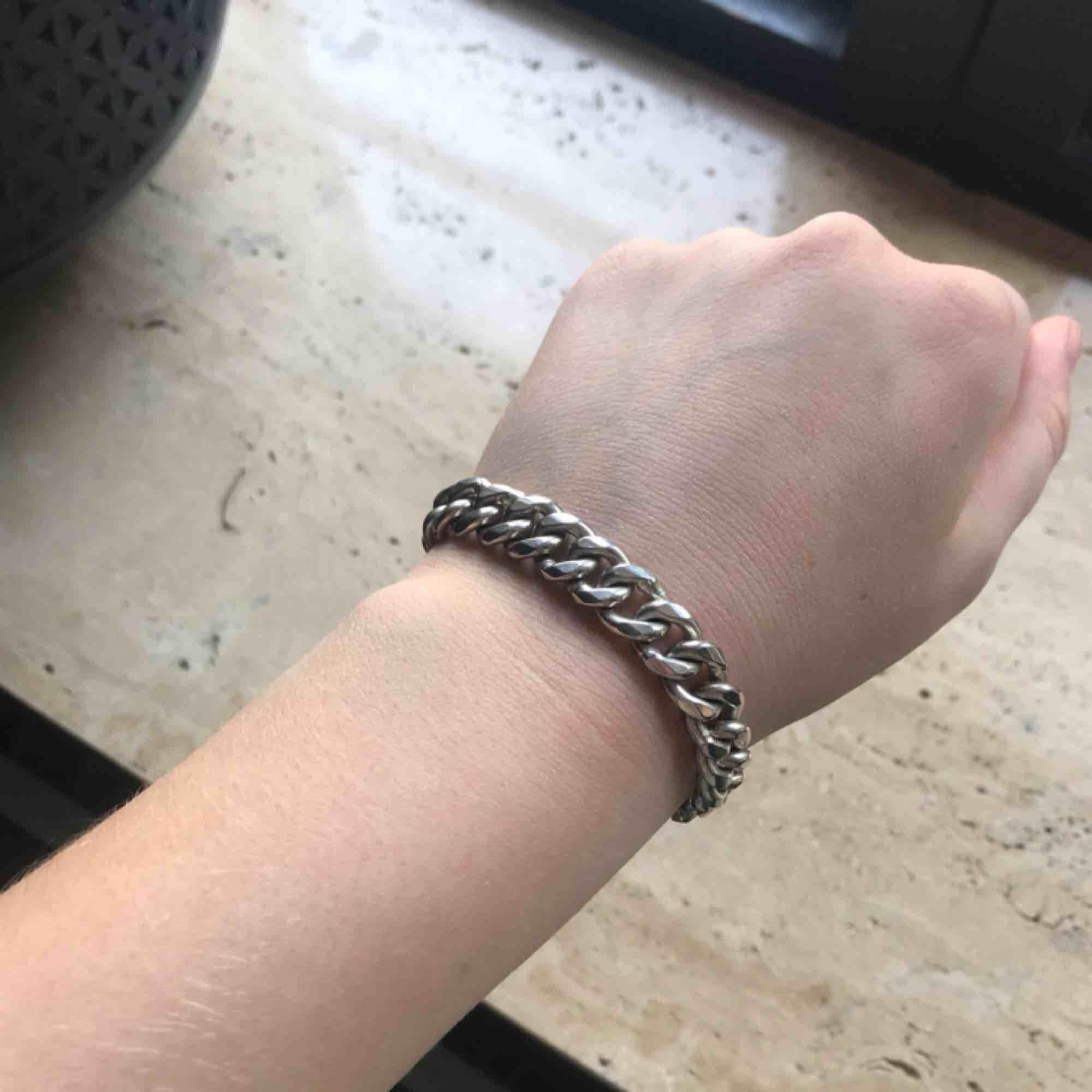 Nice rejält kedjearmband i äkta silver, 35 g! Kan skicka bild på stämpel. Köpare står för frakt men kan mötas upp!. Accessoarer.