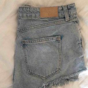ljusa jeansshorts från BDG, Urban Outfitters. Sparsamt använda, orginalpris 600