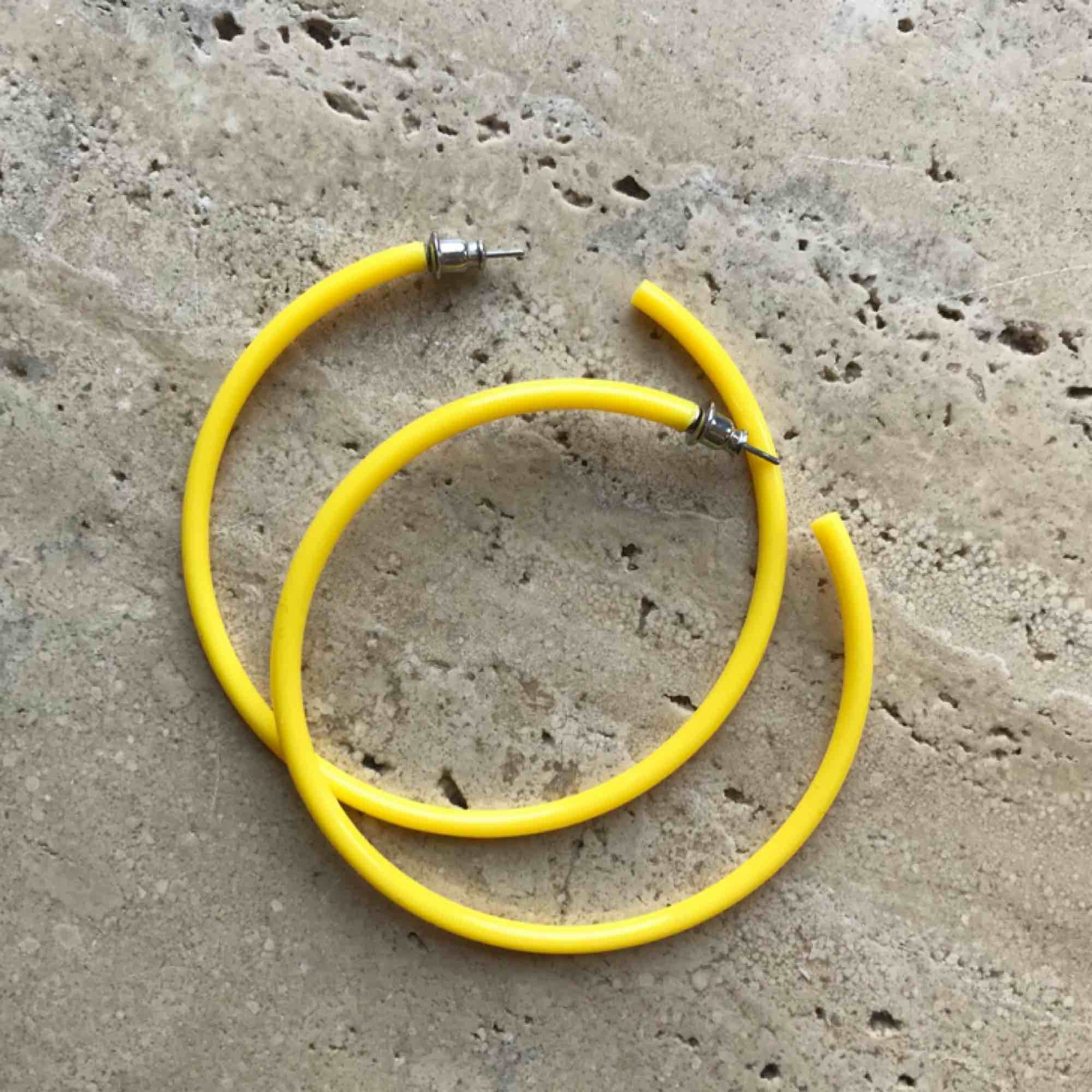 Feta gula hoops! Köpare står för frakt! . Accessoarer.