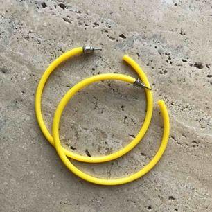 Feta gula hoops! Köpare står för frakt!