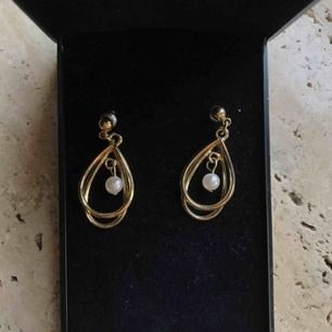 Söta örhängen med en pärla i mitten! Köpare står för frakt, men kan mötas upp!💕