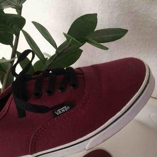 Vinröda snygga skor från märket VANS. De är knappast använda eftersom de är för små för mig, så de är i väldigt fint skick! Pris kan diskuteras!