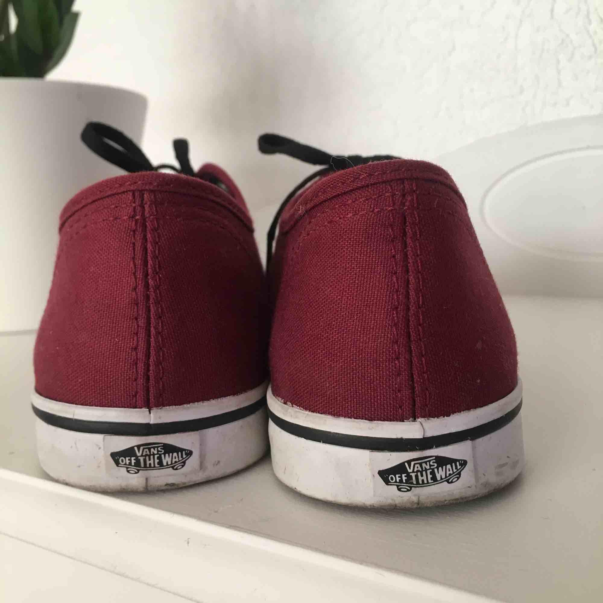 Vinröda snygga skor från märket VANS. De är knappast använda eftersom de är för små för mig, så de är i väldigt fint skick! Pris kan diskuteras! . Skor.