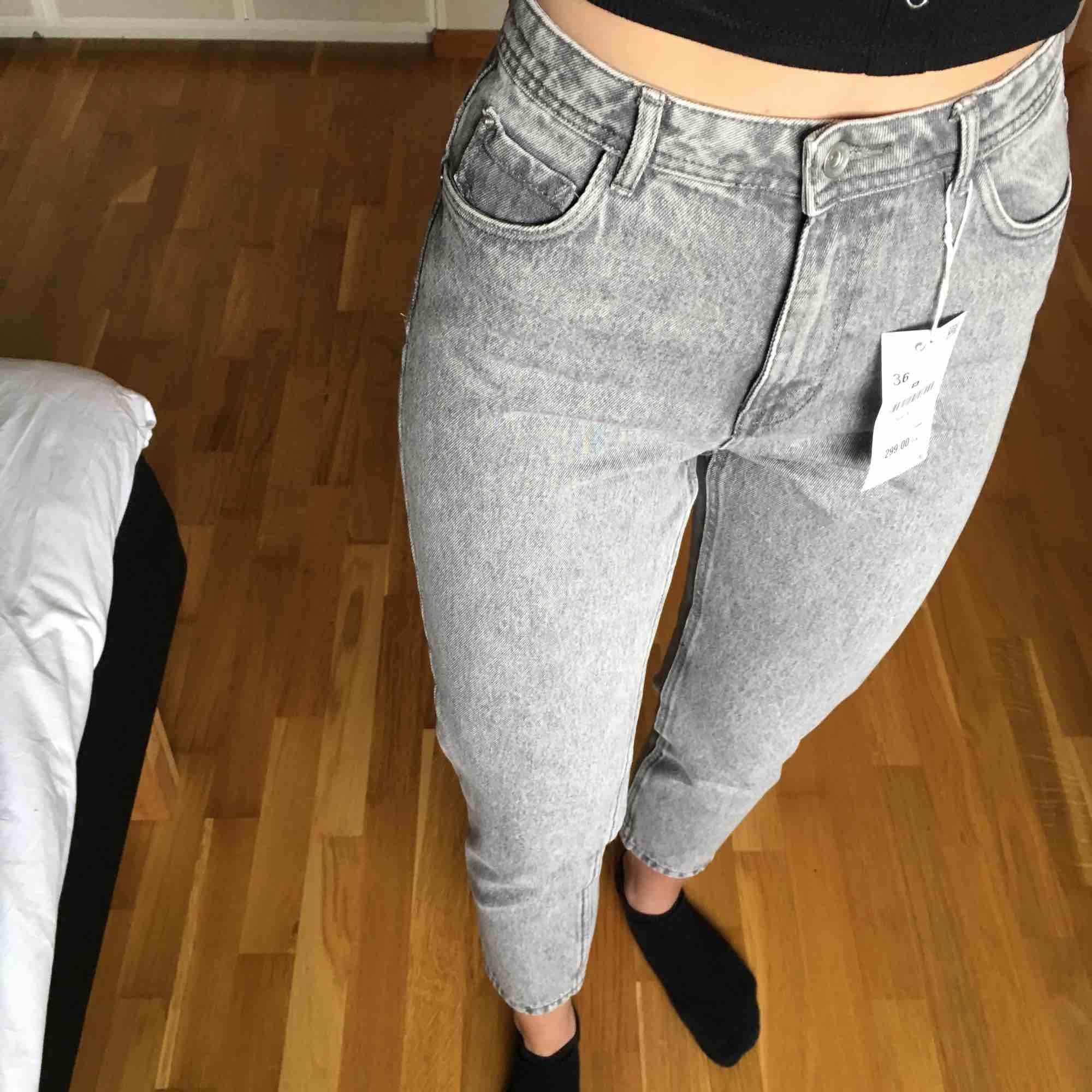 Helt oanvända momjeans från Zara, prislapp kvar! Nypris 299:- säljer nu för endast 150:- . Jeans & Byxor.