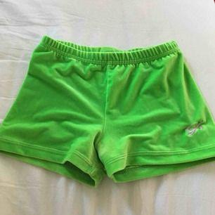 Limegröna träningsshorts i sammet från GK elite sportswear. Storlek medium men skulle gissa på att det är i barnstorlek så de passar någon som är XS eller kanske S bättre. Säljs då jag ej använder dem ☺️och de är för små.