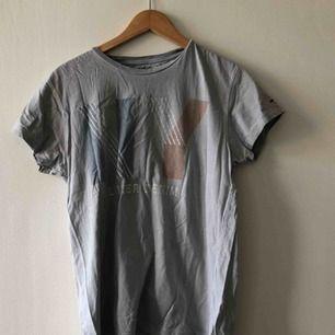 Snyggt sliyennoxh urtvättad T-shirt från Hilfiger Denim.